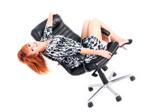 Belle jeune fille avec du charme dans la robe sur le fauteuil Images stock