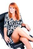 Belle jeune fille avec du charme en fonction dans le fauteuil Photos stock