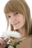 Belle jeune fille avec la fleur blanche images stock