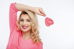 Belle jeune fille avec la lucette colorée par bonbon Image stock