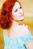 Belle jeune fille avec le cheveu rouge Photographie stock