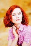 Belle jeune fille avec le cheveu rouge photos stock