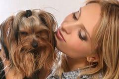 Belle jeune fille avec le chien terrier de Yorkshire de crabot Image stock
