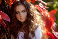 Belle jeune fille avec le maquillage et la cheveu-robe Photographie stock libre de droits