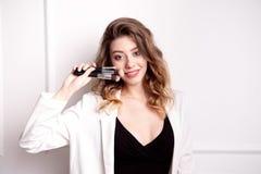 Belle jeune fille avec les cheveux bruns dans des ses mains tenant une brosse professionnelle de maquillage photo stock