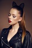 Belle jeune fille avec les cheveux foncés avec le bandeau d'oreilles de minou Photos libres de droits