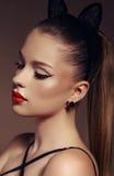 Belle jeune fille avec les cheveux foncés avec le bandeau d'oreilles de minou Photos stock
