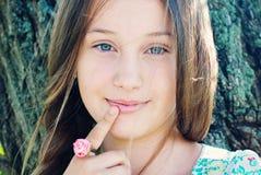 Belle jeune fille avec les cheveux très longs dehors Photographie stock libre de droits