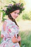 Belle jeune fille avec les cheveux très longs dehors Images libres de droits