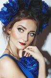 Belle jeune fille avec les fleurs bleues Photo libre de droits