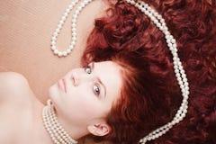 Belle jeune fille avec un collier de perle Photos stock