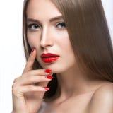 Belle jeune fille avec un maquillage et un rouge lumineux Photos libres de droits