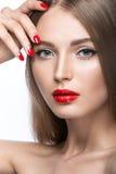 Belle jeune fille avec un maquillage et un rouge lumineux Photographie stock
