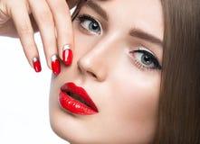 Belle jeune fille avec un maquillage et un rouge lumineux Images stock