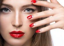 Belle jeune fille avec un maquillage et un rouge lumineux Photo libre de droits