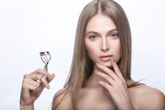 Belle jeune fille avec un maquillage naturel léger et des outils de beauté à disposition Images libres de droits