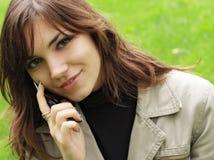 Belle jeune fille avec un téléphone Photographie stock libre de droits