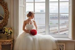 Belle jeune fille blonde avec du charme avec le rouge à lèvres rouge sur son Li Photo stock