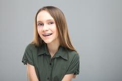 Belle jeune fille blonde avec rire d'accolades images stock
