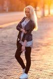 Belle jeune fille blonde avec un joli visage de sourire et beaux yeux Le portrait d'une femme avec de longs cheveux et stupéfier  Photographie stock