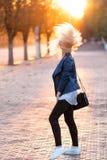 Belle jeune fille blonde avec un joli visage de sourire et beaux yeux Le portrait d'une femme avec de longs cheveux et stupéfier  Photos libres de droits