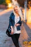 Belle jeune fille blonde avec un joli visage de sourire et beaux yeux Le portrait d'une femme avec de longs cheveux et stupéfier  Image stock