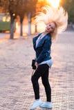 Belle jeune fille blonde avec un joli visage de sourire et beaux yeux Portrait d'une femme avec de longs cheveux et regard étonna Image stock