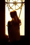 Belle jeune fille blonde avec un joli visage et beaux yeux Portrait dramatique d'une femme dans l'obscurité Regard femelle rêveur Images libres de droits