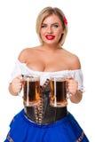 Belle jeune fille blonde de la chope en grès de bière oktoberfest Photo libre de droits