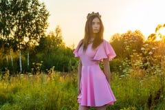 Belle jeune fille d'adolescent dans la robe rose avec la couronne Image stock