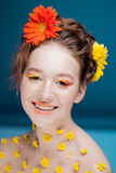Belle jeune fille dans l'image de la flore, portrait en gros plan photo libre de droits