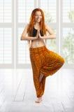 Belle jeune fille dans la pose de yoga. Photographie stock
