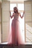 Belle jeune fille dans la robe rose de dentelle Image libre de droits