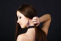 Belle jeune fille dans le profil avec de longs cheveux droits Image libre de droits