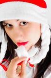 Belle jeune fille dans Santa \ 'chapeau de s Photo stock