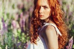 Belle jeune fille dans un été dans rayons du soleil Image libre de droits