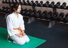 Belle jeune fille dans un kimono photographie stock