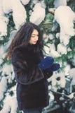 Belle jeune fille dans une forêt neigeuse Photo stock