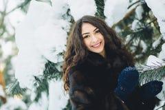Belle jeune fille dans une forêt neigeuse Photo libre de droits