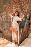 Belle jeune fille dans une plage avec le naufrage Photos stock