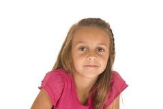 Belle jeune fille de brune dans le rose avec un peu de sourire affecté Photo stock