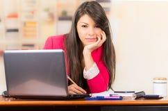 Belle jeune fille de brune travaillant avec l'ordinateur portable Photographie stock libre de droits