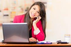 Belle jeune fille de brune travaillant avec l'ordinateur portable Photos libres de droits