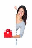 Belle jeune fille de Noël avec un présent. photos stock