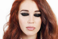 Belle jeune fille de portrait en gros plan avec les cheveux rouges Images stock