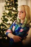 Belle jeune fille de portrait près d'arbre de Noël avec des présents images libres de droits