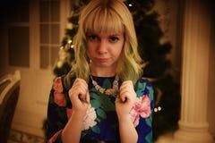 Belle jeune fille de portrait près d'arbre de Noël avec des présents photographie stock libre de droits