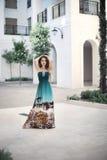 Belle jeune fille de sourire avec la longue robe de mode au Mari image libre de droits