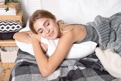 Belle jeune fille dormant dans la chambre à coucher photo libre de droits