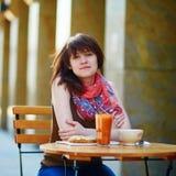 Belle jeune fille en café Photographie stock